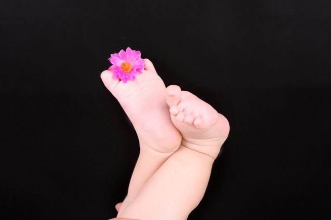 小脚丫的个人卫生   坚持良好的个人卫生,有益身心健康。小脚丫作为宝宝身体的一部分也需要每天做好个人卫生。因此,我们需要每天用清水给小脚丫做个SPA。   1. 用温水清洗小脚丫,即便是炎夏酷暑,也不能用冷水直接洗脚,这样很容易使宝宝着凉感冒。   2. 即使是多汗的小脚丫,也不能常用香皂清洁,因为香皂会使皮肤丢失水分,对宝宝娇嫩的皮肤不利。   3.