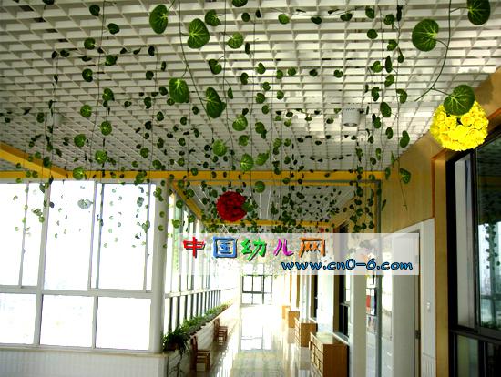 园内屋顶散绿叶(幼儿园环境布置)-环境布置; 幼儿园吊饰见珍贵合影; 图片
