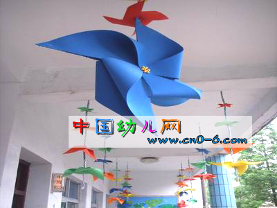 唐山大人王幼儿园 资料:幼儿园吊饰起了大大的蓝色风筝,绿色的树木下